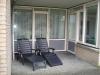 Terras met ligstoelen huisje ameland vakantie