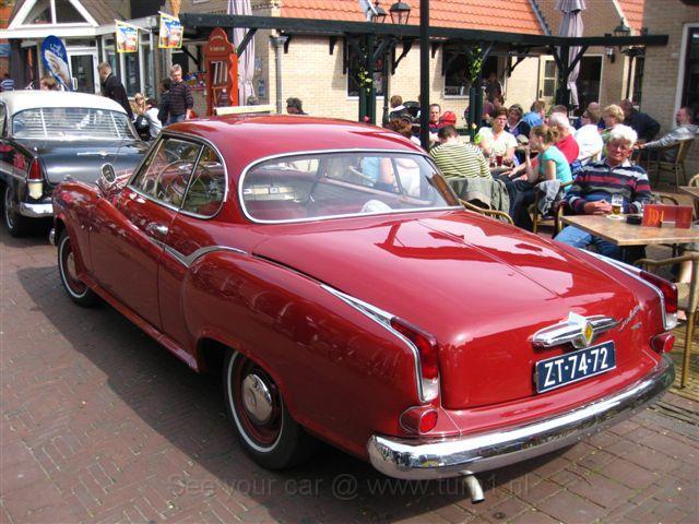 Klassieke auto's rijden over de dijk van Ameland